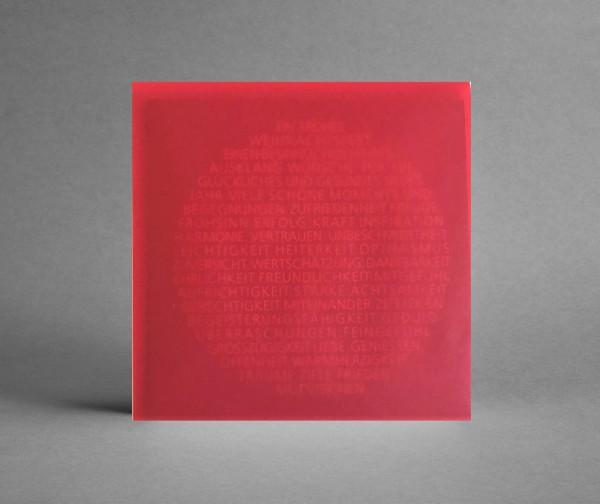 INSPIRATIV IN ROT: Weihnachtskarte Weihnachtsbaumkugel als Text rot mit Lack veredelt
