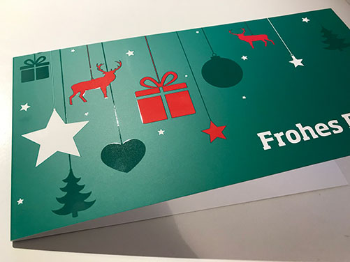 Weihnachtskarte_Frohes-Fest_veredelung_mit-mattfolie-und-lack_grusskarten-design_tannengr-n_rot_skandinavischer-Stil
