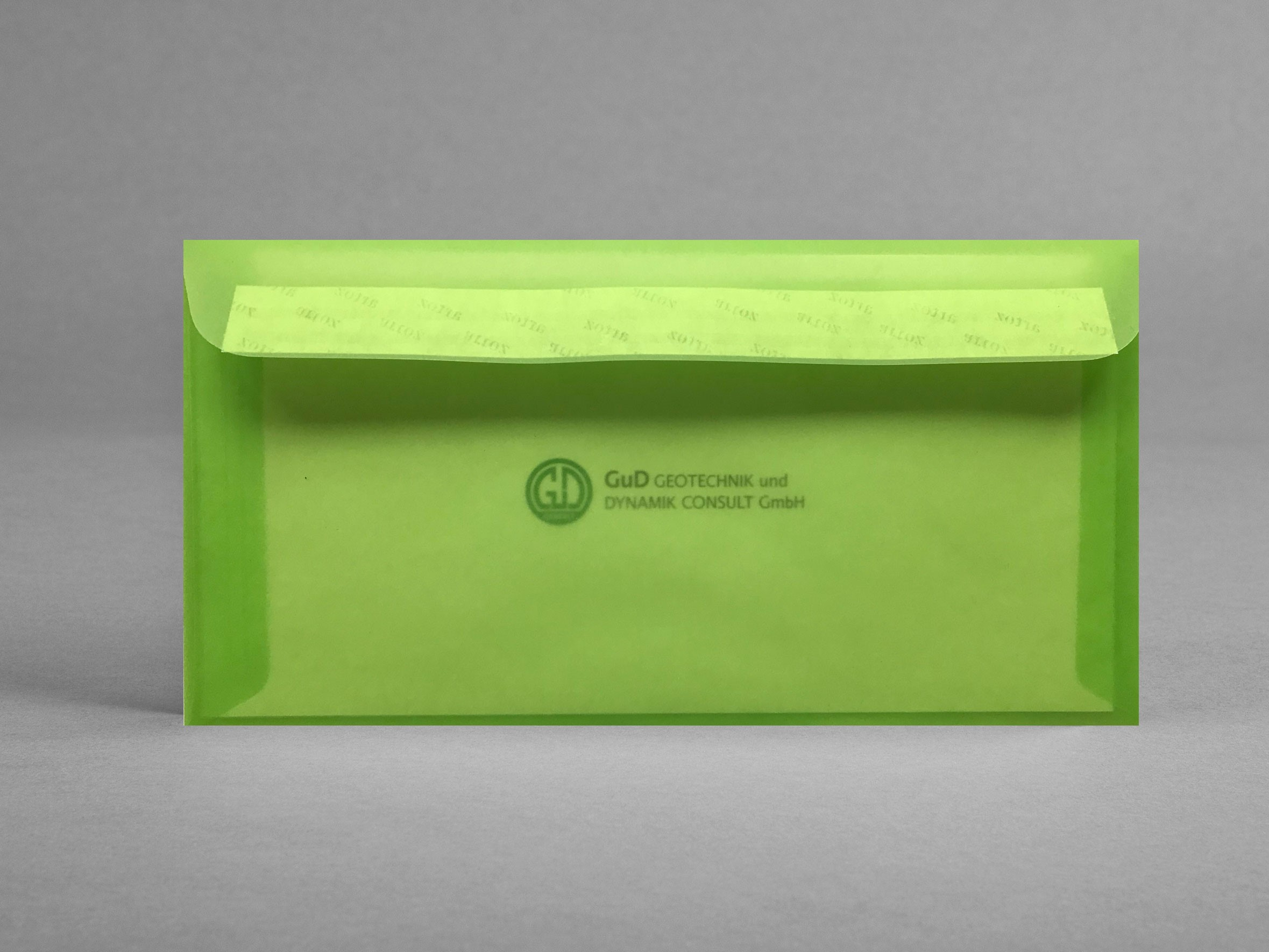 Grusskarte_Herzlich-Willkommen_Rueckseite-mit-Logo_GuD_im-lemon-gruenen-Transparentkufert_artoz_grusskarten-designZn4JOxnfn10g5
