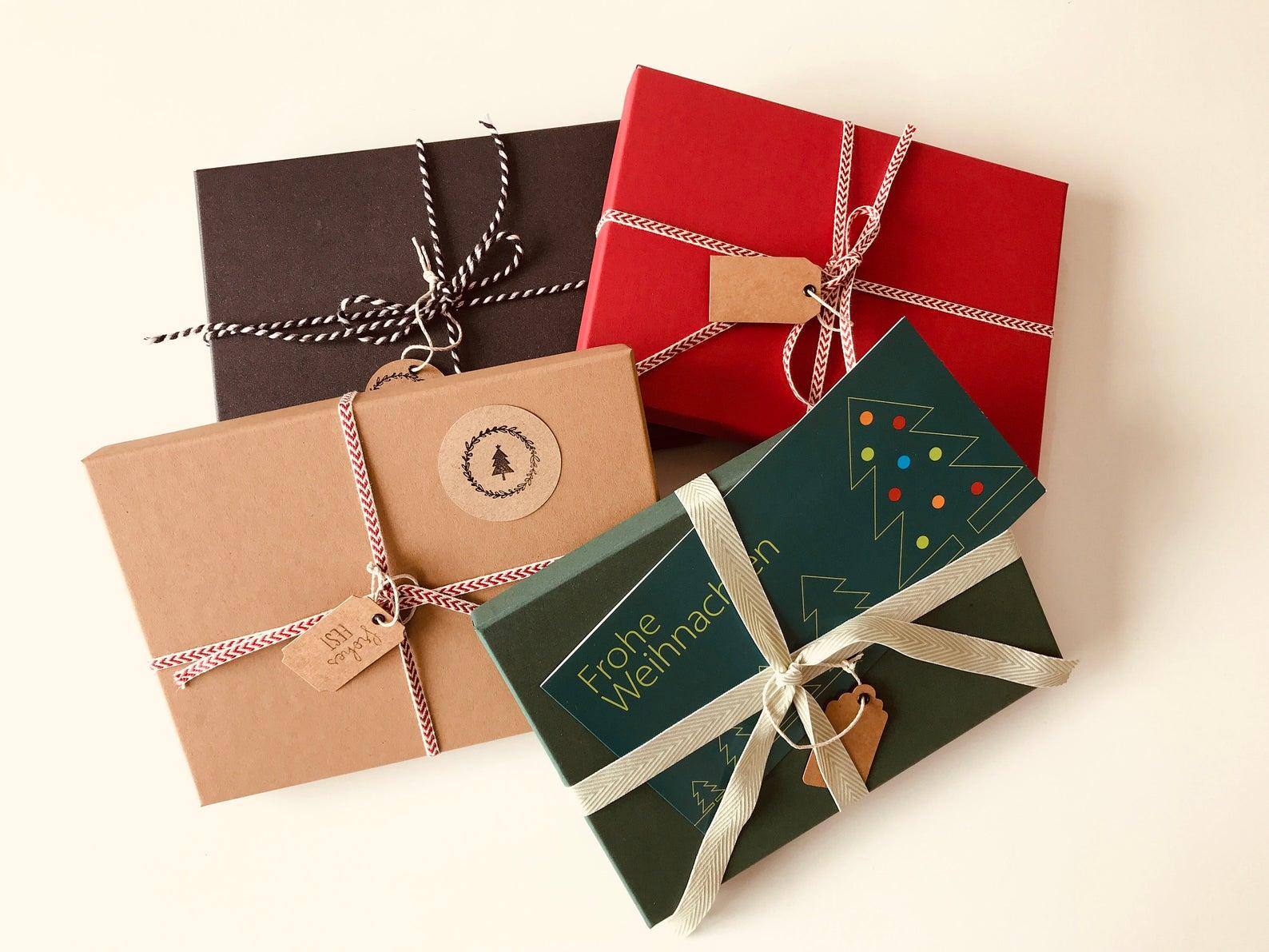 geschenkschachteln-und-geschenkband-von-artoz